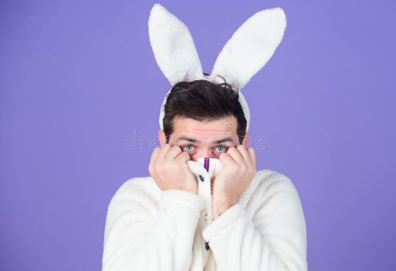 Сторона человека красивая нести белые уши зайчика зайчик пасха Белый символ зайчика праздника пасхи Мягкий и нежный парень с стоковые изображения rf