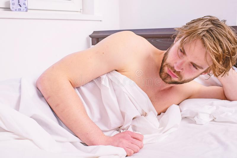 Сторона человека сонная сонная небритая бородатая покрыла одеяло имея ворсину Кровать человека небритая красивая расслабляющая Си стоковые изображения