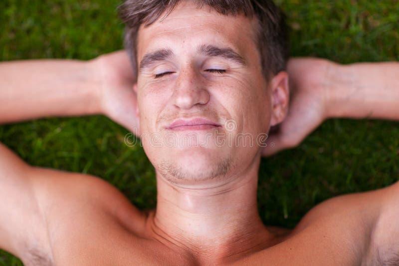 Сторона человека с закрыла глаза стоковые изображения rf