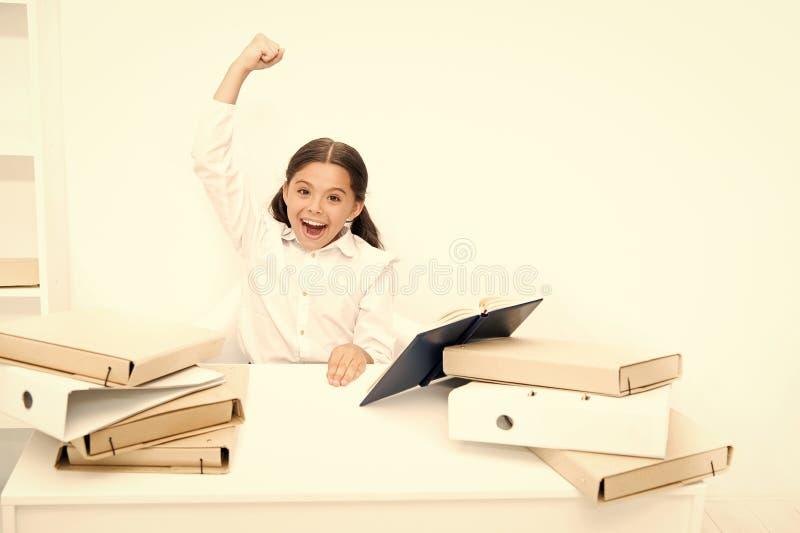 Сторона школьной формы ребенк счастливая прочитала книгу   Концепция Homeschooling Интересная книга для детей стоковые фото
