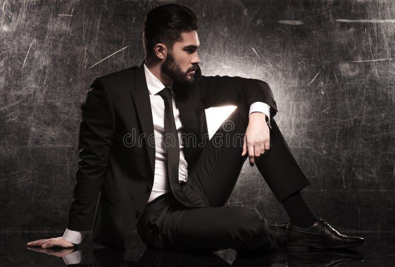 Сторона элегантного бизнесмена в черном костюме стоковые фото