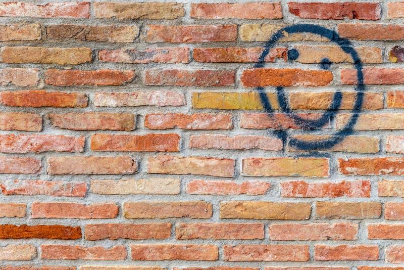 Сторона Smiley нарисованная на кирпичной стене стоковое фото rf