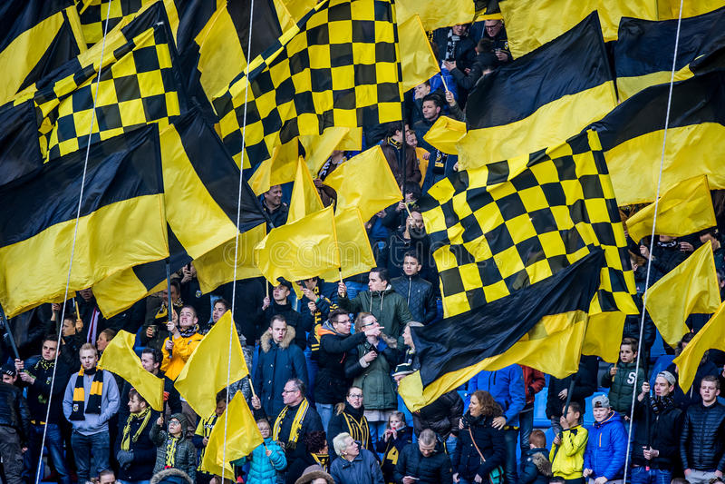Сторонники Vitesse с желтыми черными флагами стоковая фотография