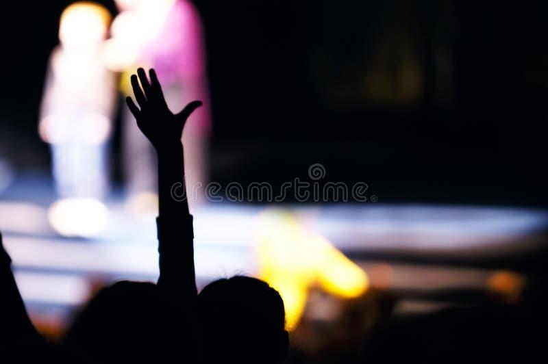 Сторонник в аудитории поднимая руку стоковая фотография rf