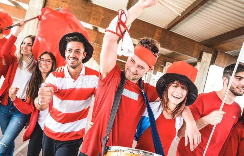 Сторонник футбола дует друзей веселя и идя к футбольному матчу стоковые фото