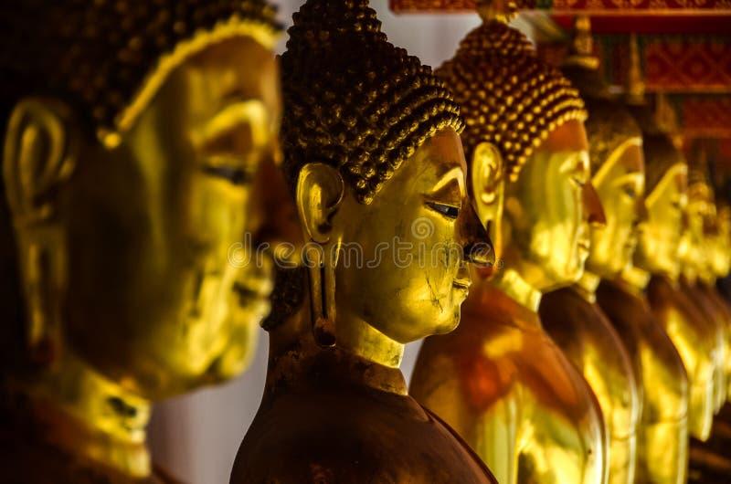 Стороны золотой статуи Будды в виске стоковые фото