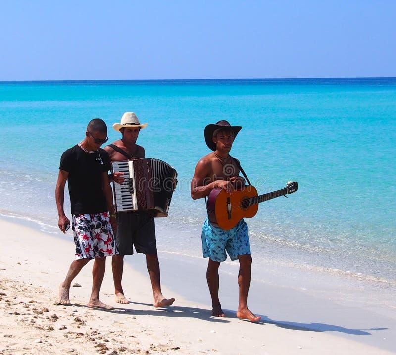 Стороны музыкантов Кубы на пляже на Playa Del Este стоковые фото