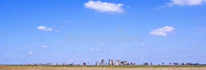 Стоунхендж на день лет с далекими непознаваемыми людьми людей осматривая камни стоковое изображение rf