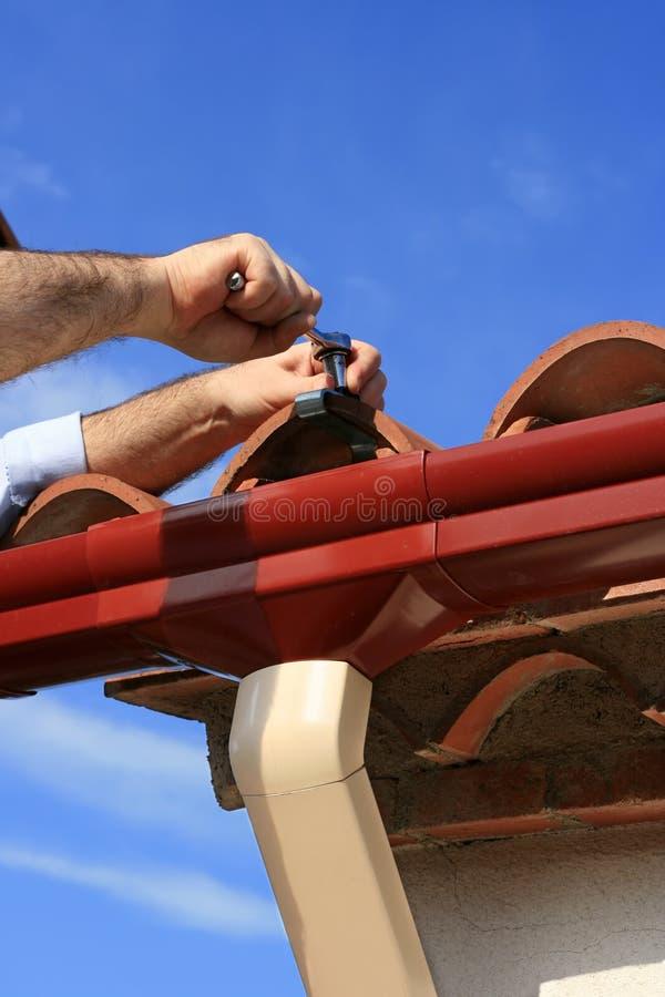 сточная канава устанавливая дождь стоковая фотография