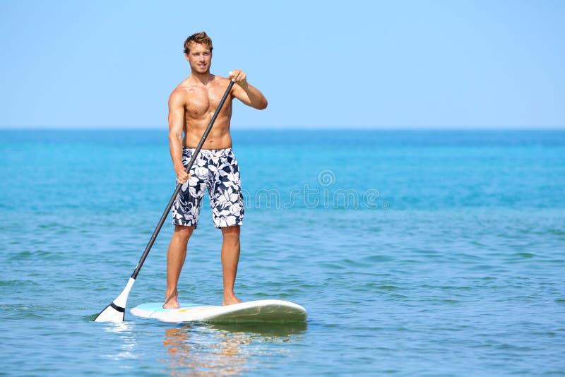 Стоьте вверх человек доски затвора paddleboarding стоковые фото