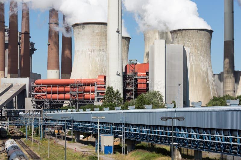 Стояки водяного охлаждения и уголь дымовых труб увольняли электростанция в Германии стоковые фотографии rf