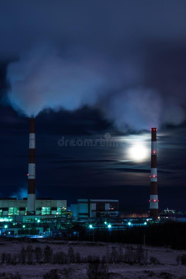 Стояки водяного охлаждения станции тепловой мощности в ноче зимы стоковая фотография