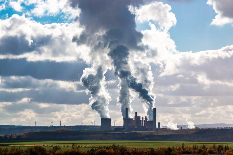 Стояки водяного охлаждения электростанции на горизонте со знаменем дыма стоковая фотография rf