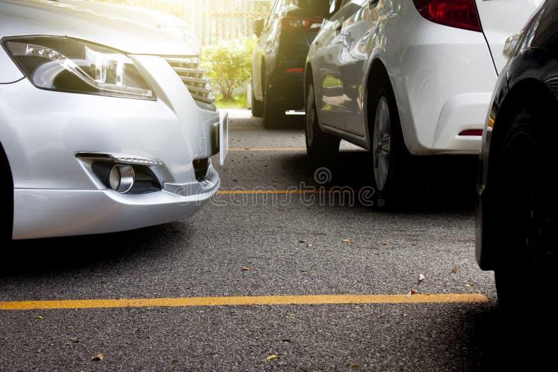 стоянка автомобилей серии автомобилей стоковое изображение rf