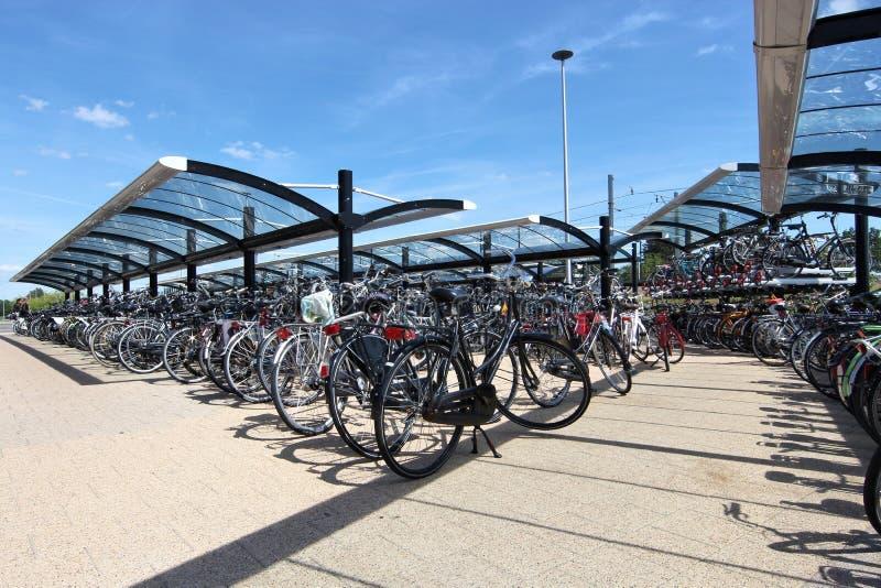 стоянка автомобилей серии велосипеда стоковые фотографии rf