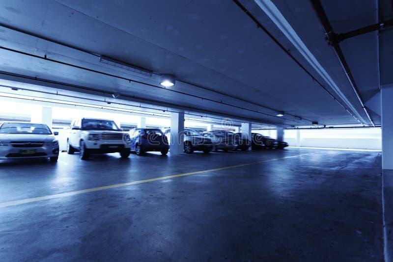 стоянка автомобилей s гаража автомобиля подземная стоковое изображение
