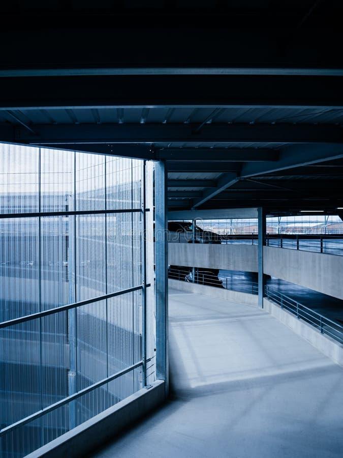 Стоянка аэропорта со спиральным путем - синью стоковые изображения rf