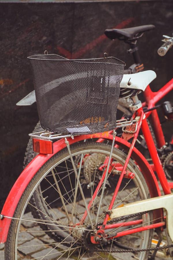 Стоянка велосипеда в финском городе Jyvaskyla много велосипедов других цветов стоковое изображение