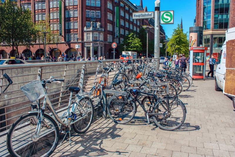 Стоянка велосипеда около станции метро Hauptbahnhop в Гамбурге, Германии стоковые фото