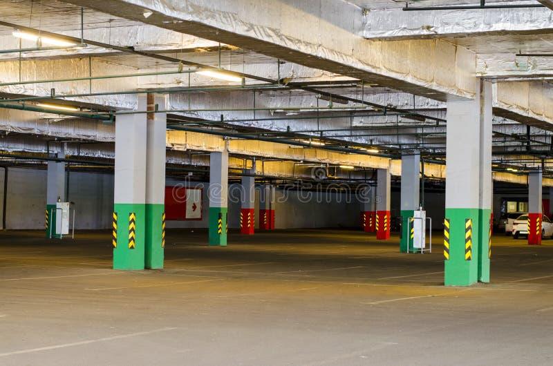 Стоянка в торговом центре Покрытая подземная стоянка для автомобилей стоковые фотографии rf