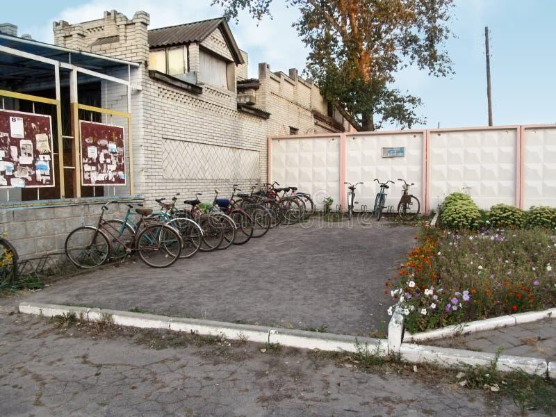 Стоянка для велосипедов в маленьком городе в области Сумы стоковые фото