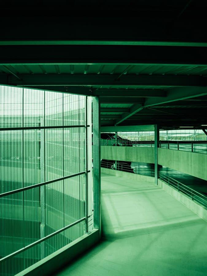 Стоянка со спиральным путем - зеленый цвет аэропорта стоковые изображения