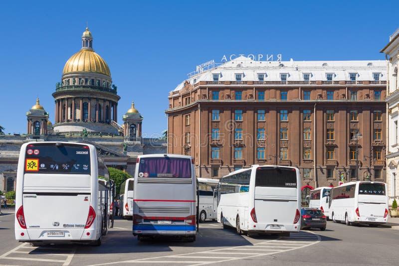 Стоянка туристических автобусов на квадрате St Исаак Санкт-Петербург стоковое фото