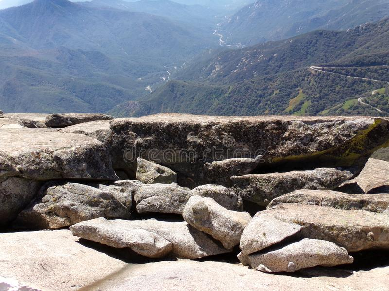 Стоять на крае утеса Moro обозревая снежные горы и долины - национальный парк секвойи стоковое изображение