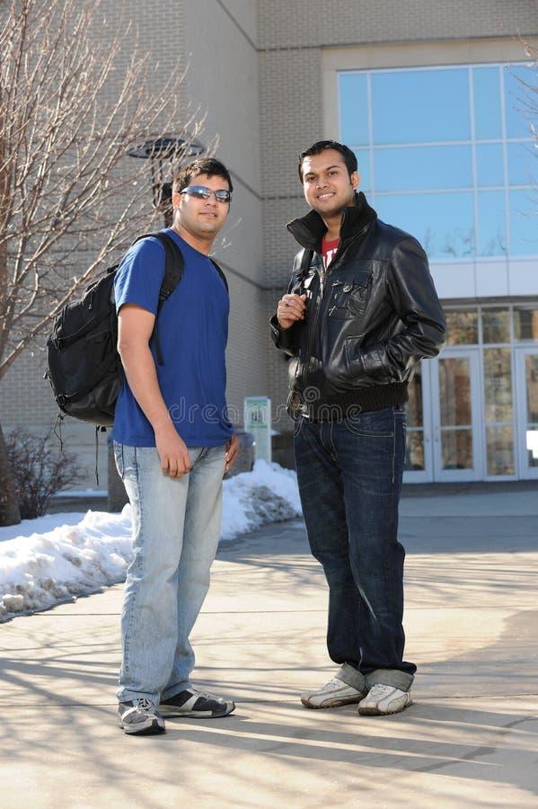 Стоять студентов колледжа стоковое изображение rf