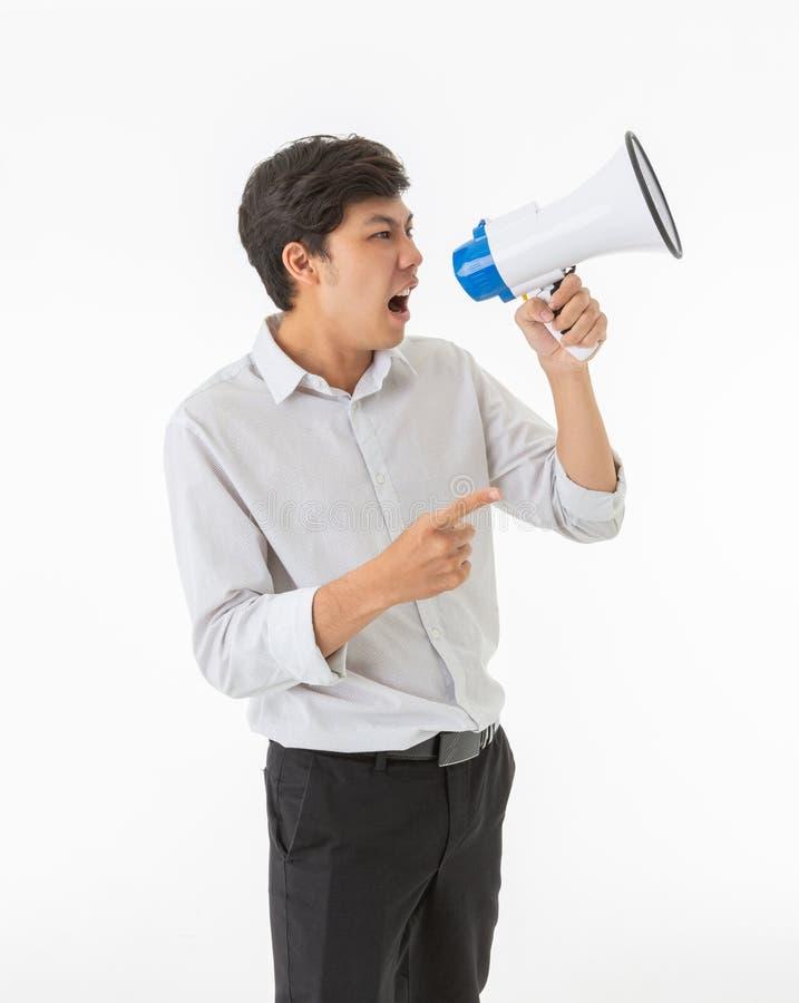 Стоящий азиатский мегафон и кричать удерживания человека стоковое фото