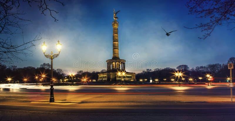 Столбец Берлин победы на ноче стоковые фотографии rf