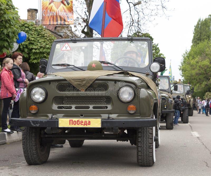 Download Столбец воинских автомобилей с ветеранами бортовыми на параде в почетности Редакционное Изображение - изображение насчитывающей обоз, автомобиль: 40581870