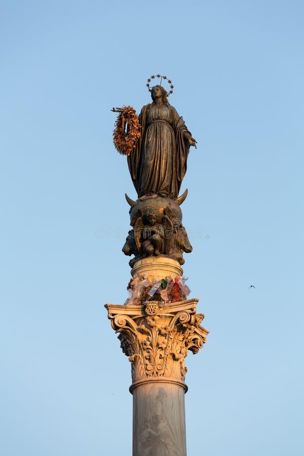 Столбец непорочного зачатия, памятник девятнадцатого века показывая благословленную деву марию, расположенную в аркаде Mig стоковые изображения