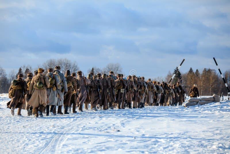 Столбец пехоты Красной Армии идет на дорогу зимы солнечную стоковая фотография rf