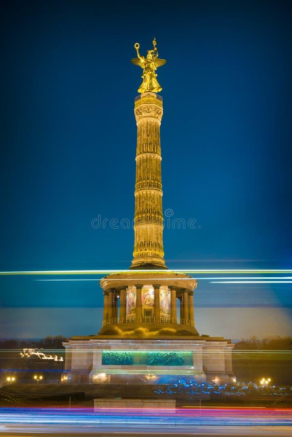 Столбец победы Берлина на ноче стоковые изображения rf