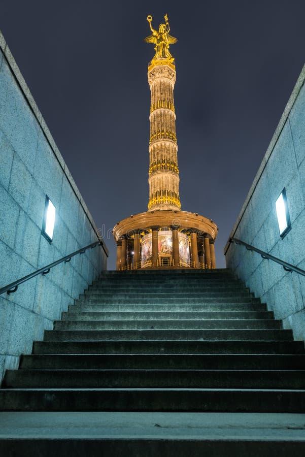 Столбец победы Берлина на ноче стоковое изображение rf