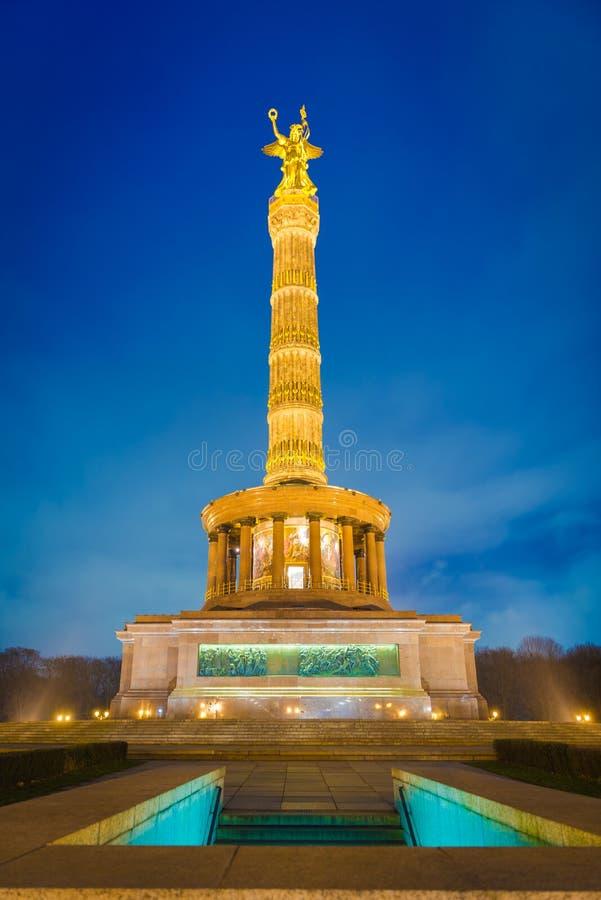 Столбец победы Берлина на ноче стоковое изображение
