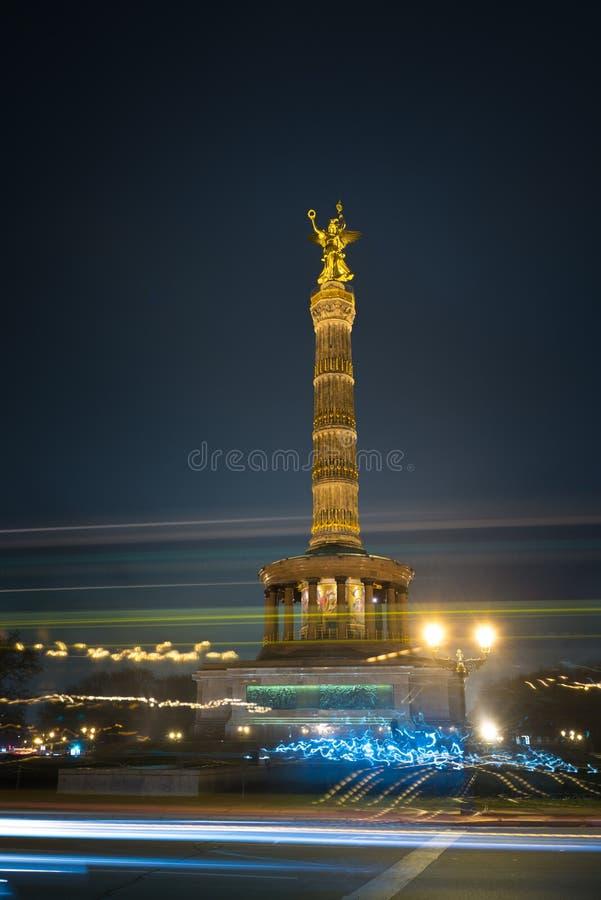 Столбец победы Берлина на ноче стоковые изображения