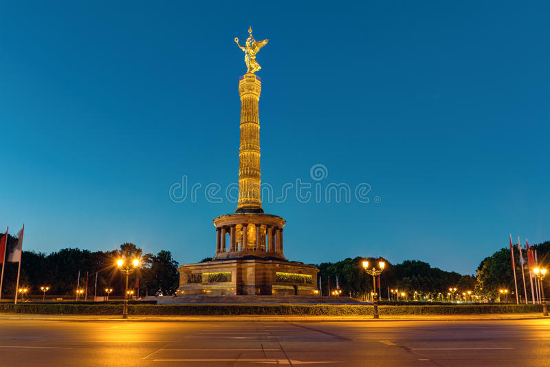 Столбец победы в Берлине на ноче стоковая фотография rf