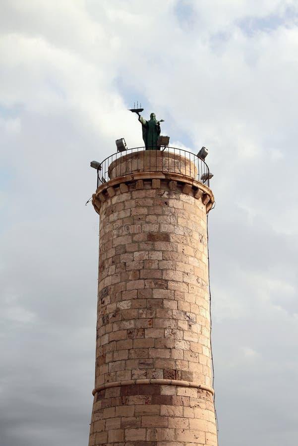Столбец с статуей Fermina Святого Civitavecchia, Италия стоковая фотография