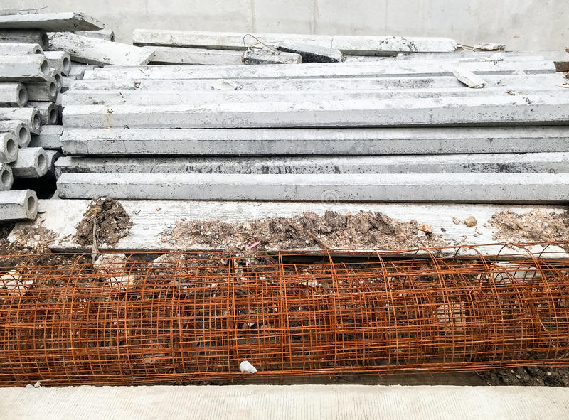 Столбец цемента и арматура сетки стоковая фотография rf