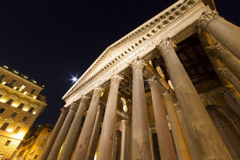 Столбцы пантеона и лунный свет Рим стоковое фото rf