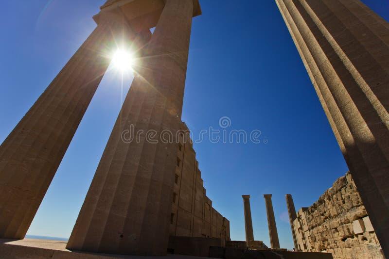 Столбцы древнего храма в Lindos rhodes Греция стоковое фото