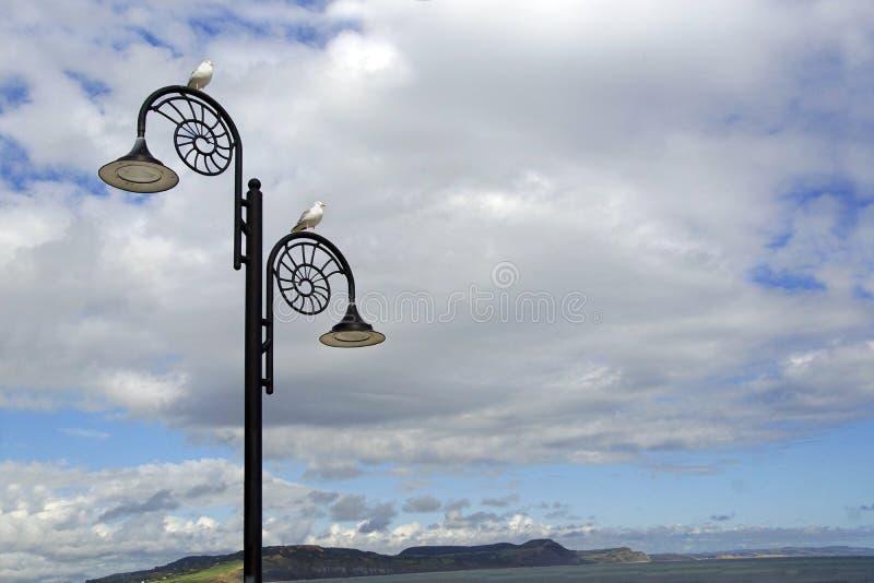 Столбы лампы на стене стоковая фотография rf