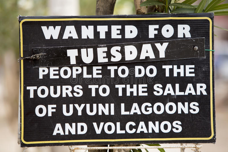 Столб знака ища для туристов для того чтобы пойти к путешествию Uyuni Салара, стоковые изображения rf