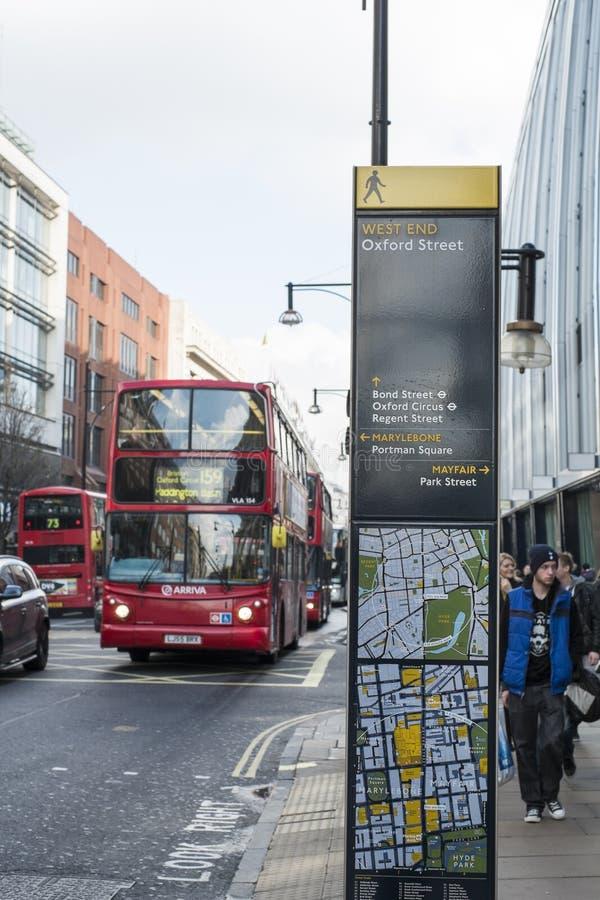Столб знаков направления в улице Оксфорда стоковые фотографии rf
