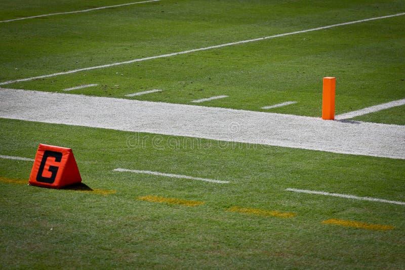 Столб и линия конечной зоны футбола стоковые фотографии rf
