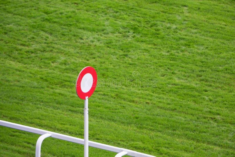 Столб отделкой на следе лошадиных скачек стоковая фотография rf