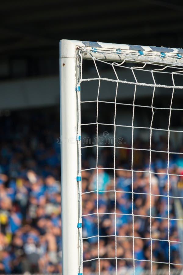 Столб цели с поклонниками футбола на заднем плане стоковая фотография rf