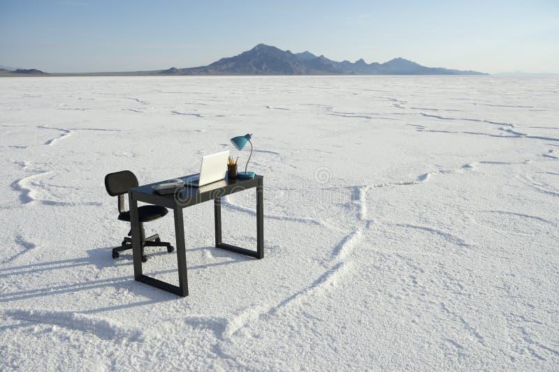 Стол дела и пустая офиса стула пустыня Outdoors белая стоковая фотография rf